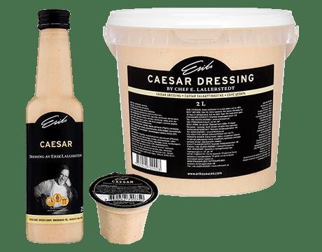 Tre förpackningar av Caesar dressingar.