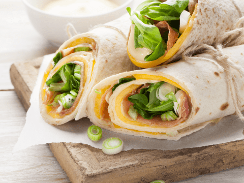 Sommerfriske wraps på bare 15 minutter med Kavli HvitOst/GulOst, mango, spekeskinke og sprø vårløk