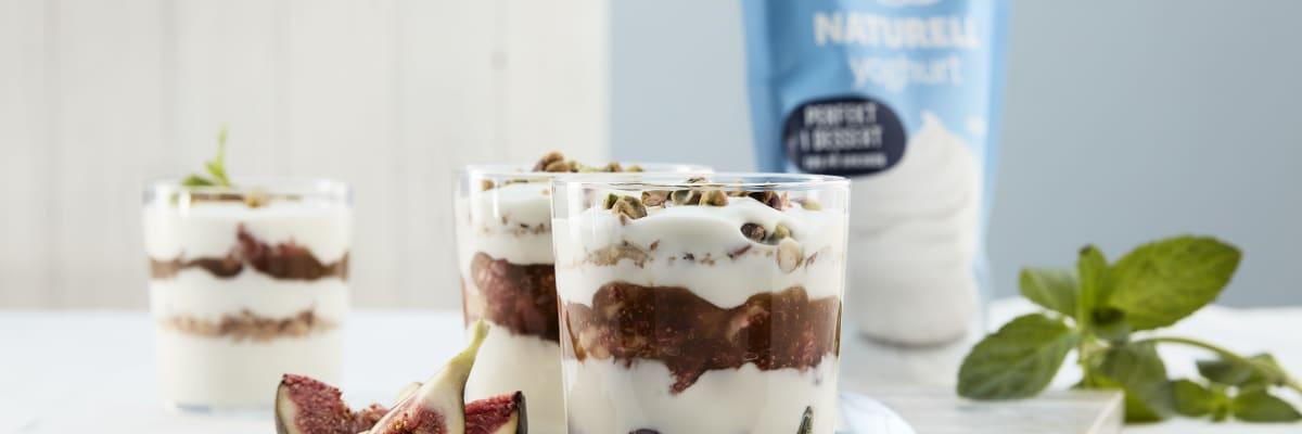 Enkel og god dessert med Q Naturellyoghurt, fiken og granola. Laget på et blunk!