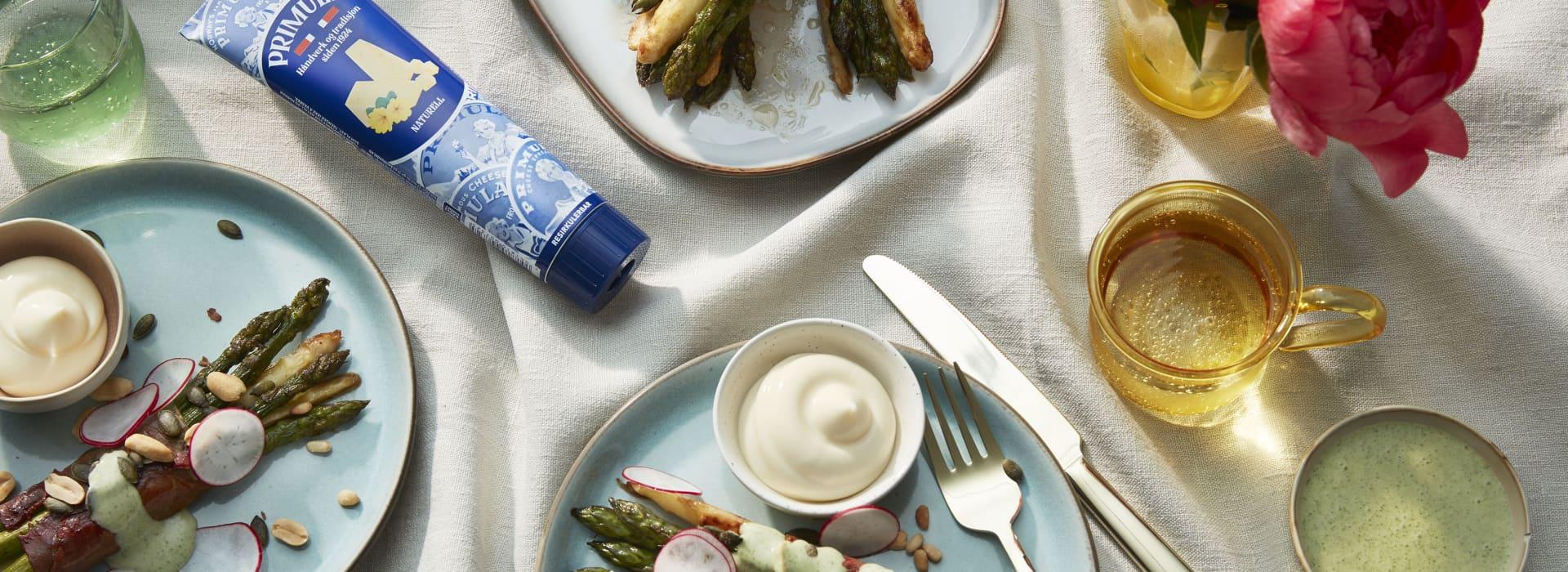 Sprøstekt hvit og grønn asparges surret i spekeskinke, toppet med Primula-dressing.