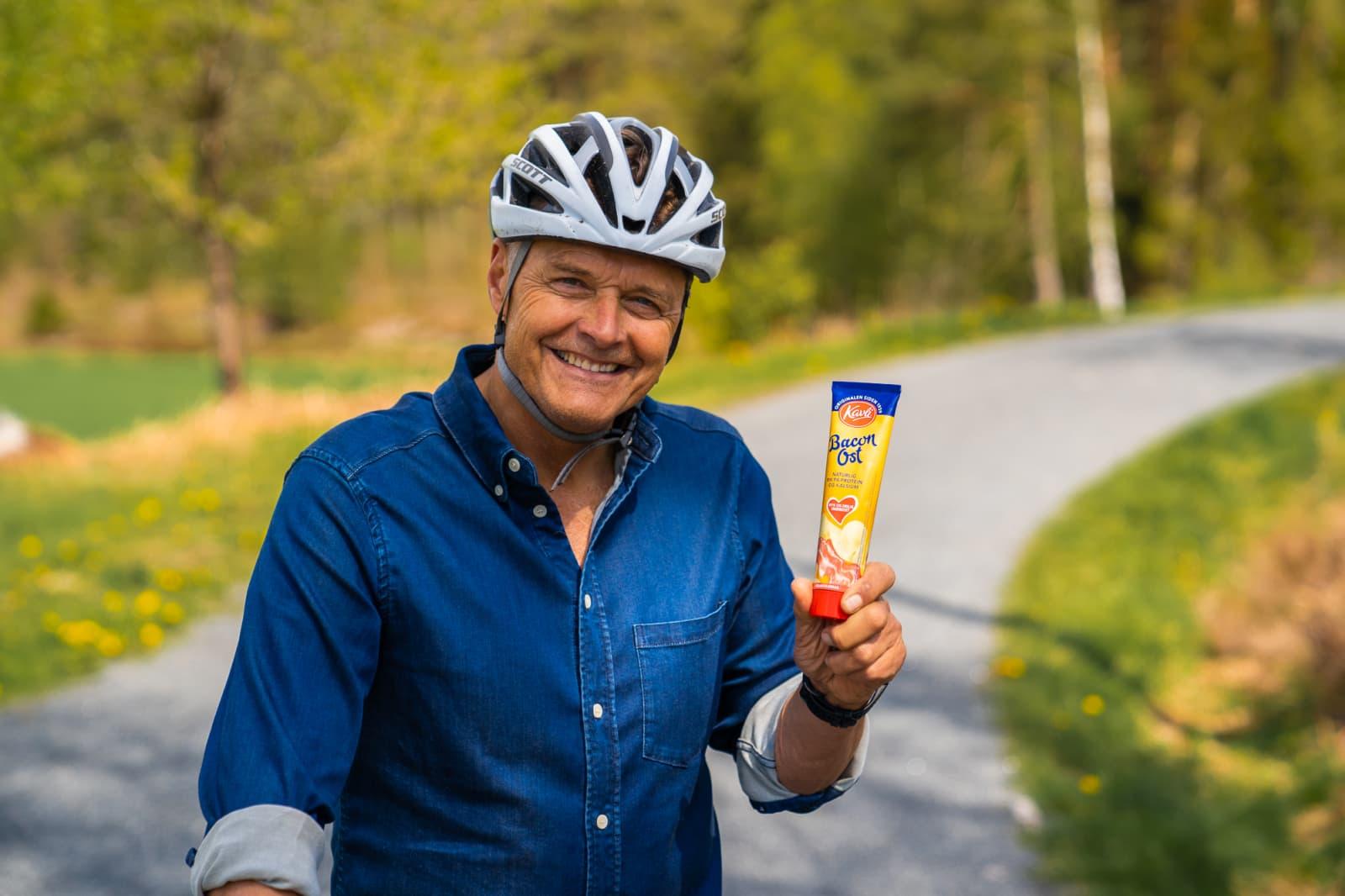 Dag Otto Lauritzen trenger din hjelp til å lage mange nye sykler av gjenvunnet aluminiumsemballasje. Her med Kavli BaconOst-tuben i en hånd og sykkelen i den andre.