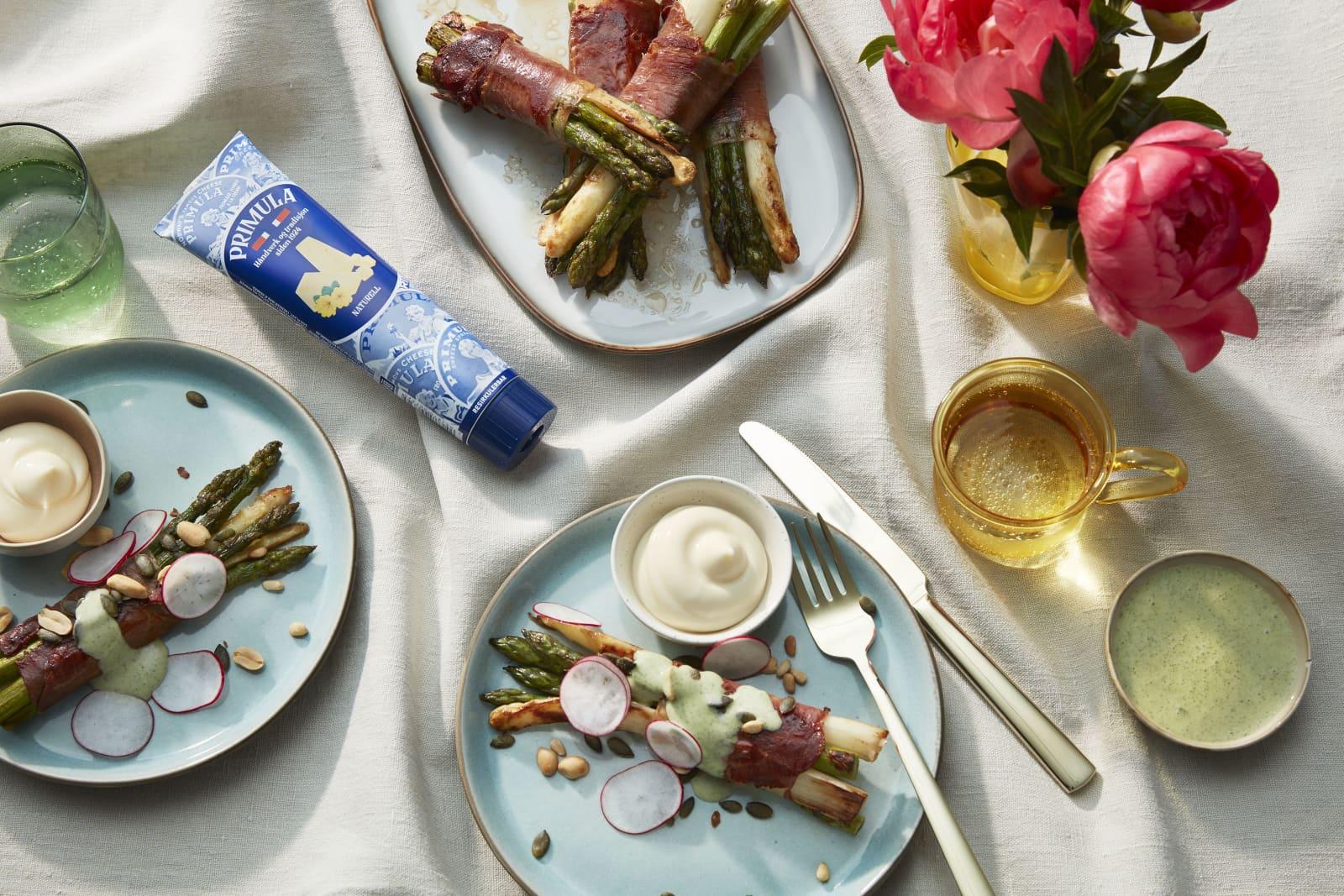 Asparges surret i sprøstekt spekeskinke, toppet med en nydelig dressing basert på Primulaost.