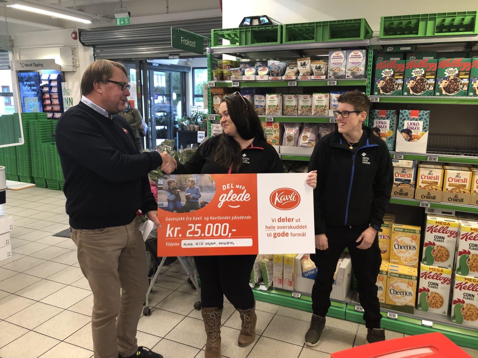 Regionssjef i Kavli, Rune Austdal, overrekker gavesjekken til Thea Marie Rytterager og Catrine Windsand Gestemoen i Mental Helse Ungdom. Det var Rytterager som nominerte lokallaget.