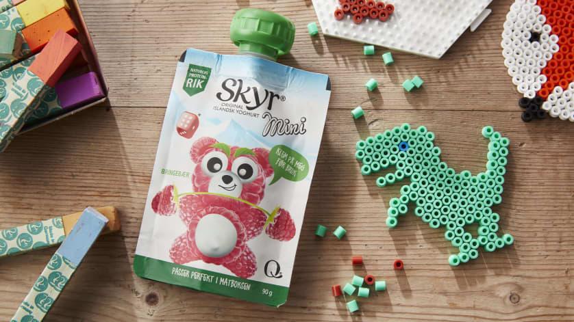 Skyr Mini er et fint lite mellommåltid for barna. Perfekt i aktivitet og lek fordi den et lett å spise og ikke griser.