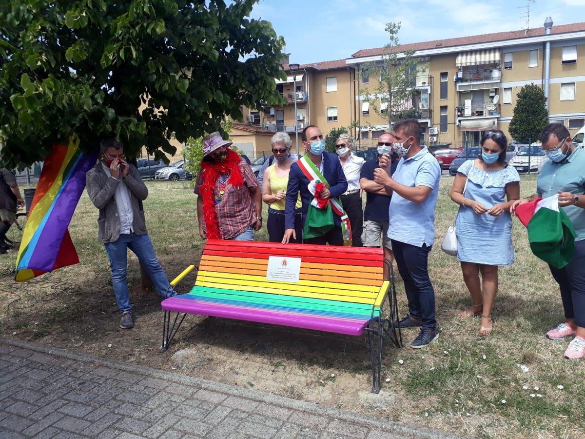 Montemurlo Città Aperta: inaugurata la prima panchina arcobaleno della provincia