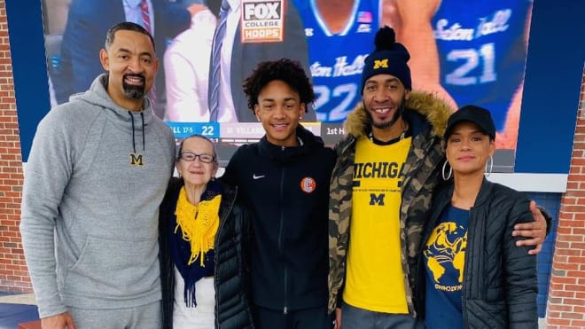 Michigan Wolverines basketball coach Juwan Howard and Fab Five teammate Jimmy King with Kobe Bufkin and family.