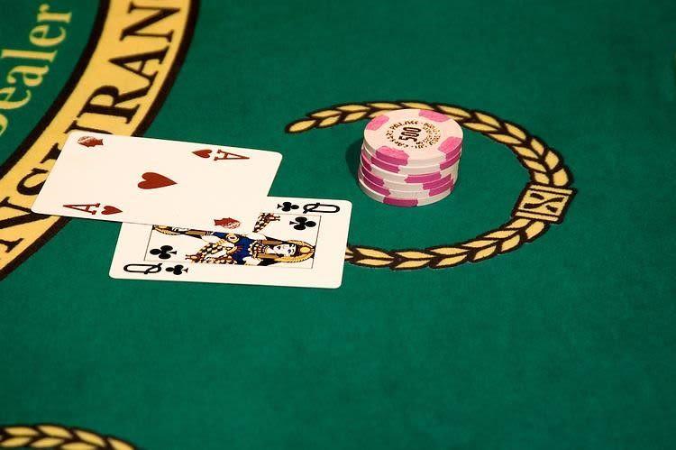 Mỗi tụ trong game ngầu hầm được chia 5 lá bài