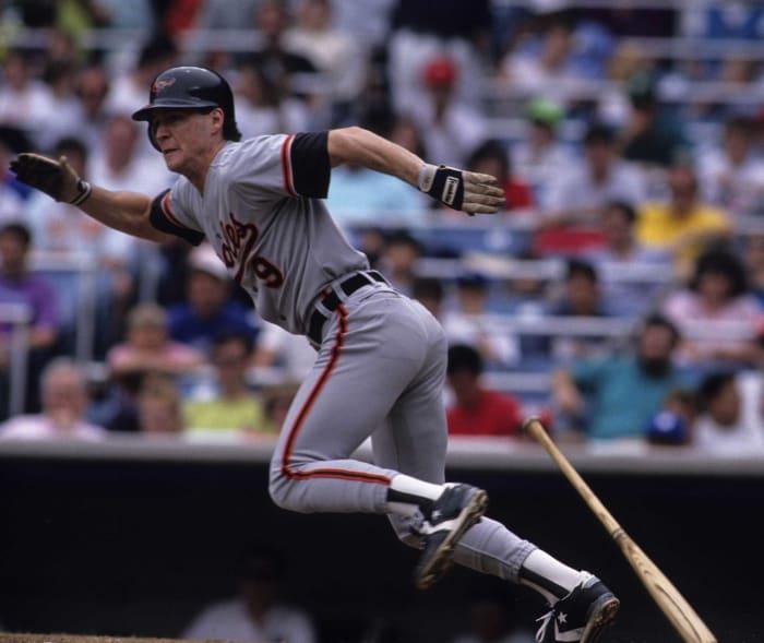 1988: los Medias Rojas cambian a Curt Schilling y Brady Anderson por Mike Boddicker por los Orioles